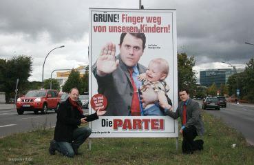 """Federales 2013: """"¡Verde! Quita tus manos de nuestros niños!"""". En referencia al tema de la pedofilia que complicó la campaña del candidato del Partido Verde Jürgen Trittin."""