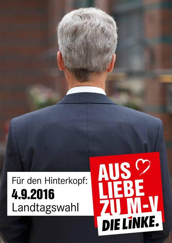"""Die Linke: """"Para tener en cuenta. Por amor a Mecklenburg-Vorpommern"""". Explicación: """"Für den Hinterkopf"""" es una expresión alemana que se utiliza para referirse a tener algo en cuenta o tenerlo presente. Literalmente sin embargo """"Hinterkopf"""" significa """"parte trasera de la cabeza"""". Fuente: originalsozial.de"""